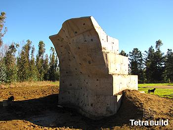 esta es una sección de muro en borde costero  transformado en muro de escalada