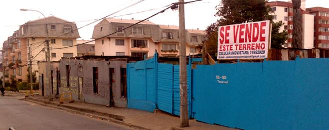 """Esta fotografía fue tomada en calle Tocornal llegando a Gonzalez en el Cerro Barón, a casi un mes del incendio registrado el 22 de noviembre en el mismo sector. Con este los siniestros llegaron a cuatro, (en solo un mes) dejando a cerca de 60 personas damnificadas. El letrero """"Se Vende"""" apareció en un terreno aledaño a las propiedades el pasado mes de diciembre"""