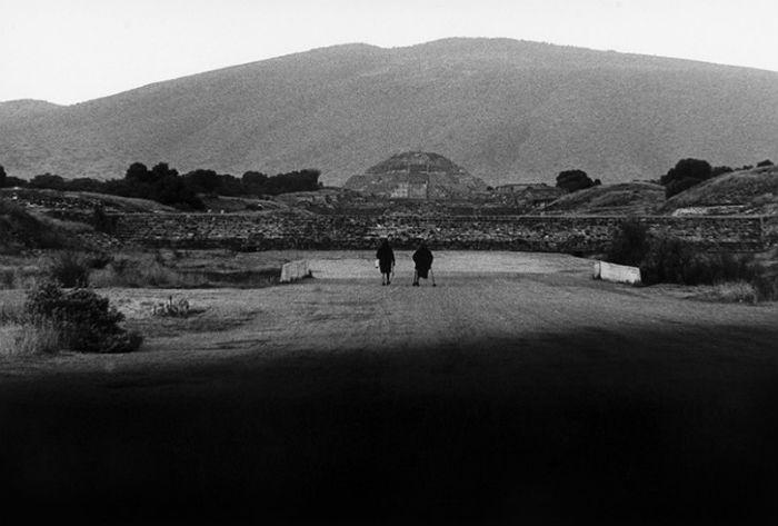 """""""Calzada de los muertos"""" (Teotihuacán, México, 1979) - Graciela Iturbide."""