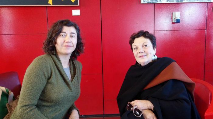 Graciela Iturbide (a la derecha) en Valparaíso. Fotografía de Freddy Ojeda.