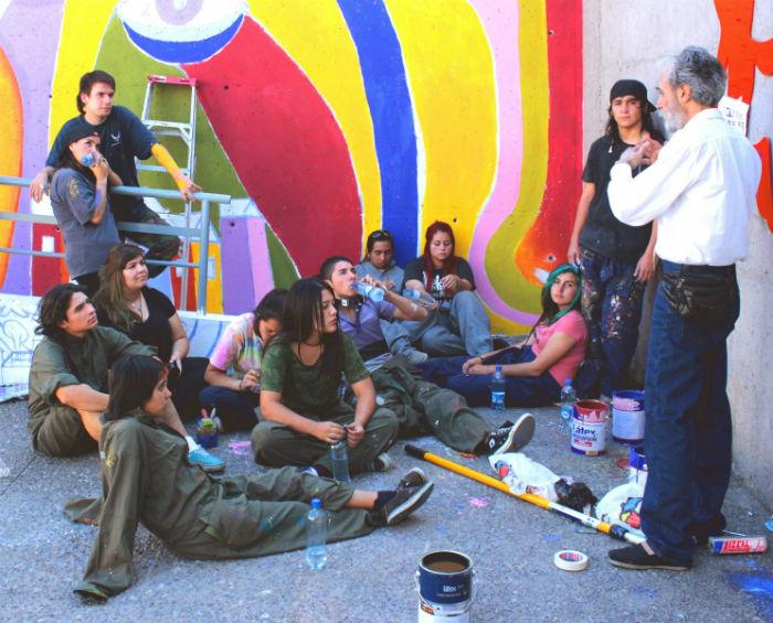 Estudiantes de Visuales junto al destacado muralista Cesar Olhagaray.