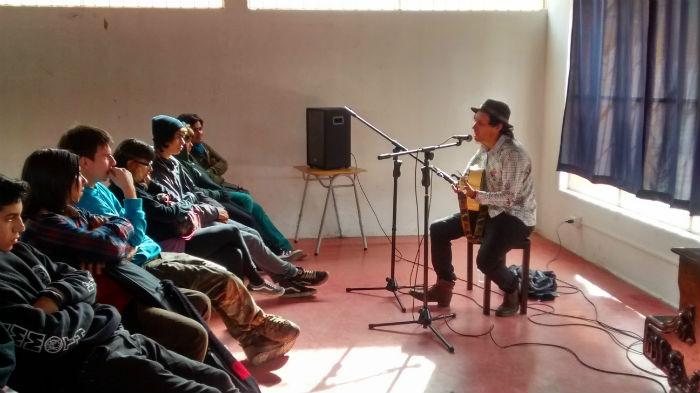Actividad lectiva con el cantautor viñaamarino Rocko de la Rosa.