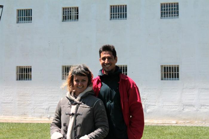 Luciana Mosca y Gonzalo Mora de Cía.  de circo MoraMosca en una pausa durante sus ensayos en el Parque Cultural de Valparaíso. Foto: Daniela León.